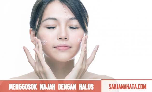 Menggosok wajah dengan halus
